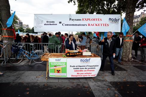 Vente de fruits et légumes au juste prix organisée par le PCF et le MODEF
